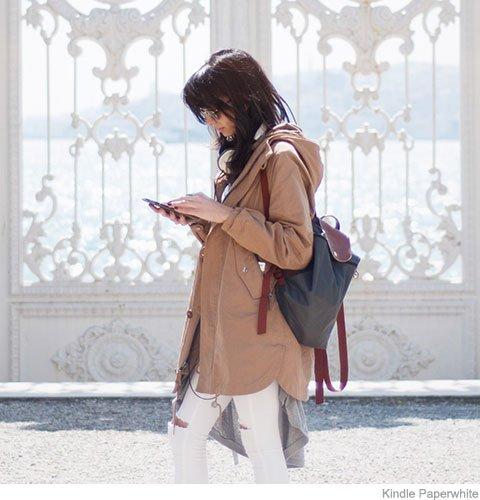 Mulher usando Kindle 8a Geração