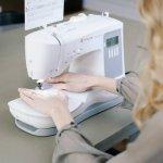 Máquina de Costura Portátil Singer Confidence 7640 Bivolt Branca e Cinza para Uso Doméstico